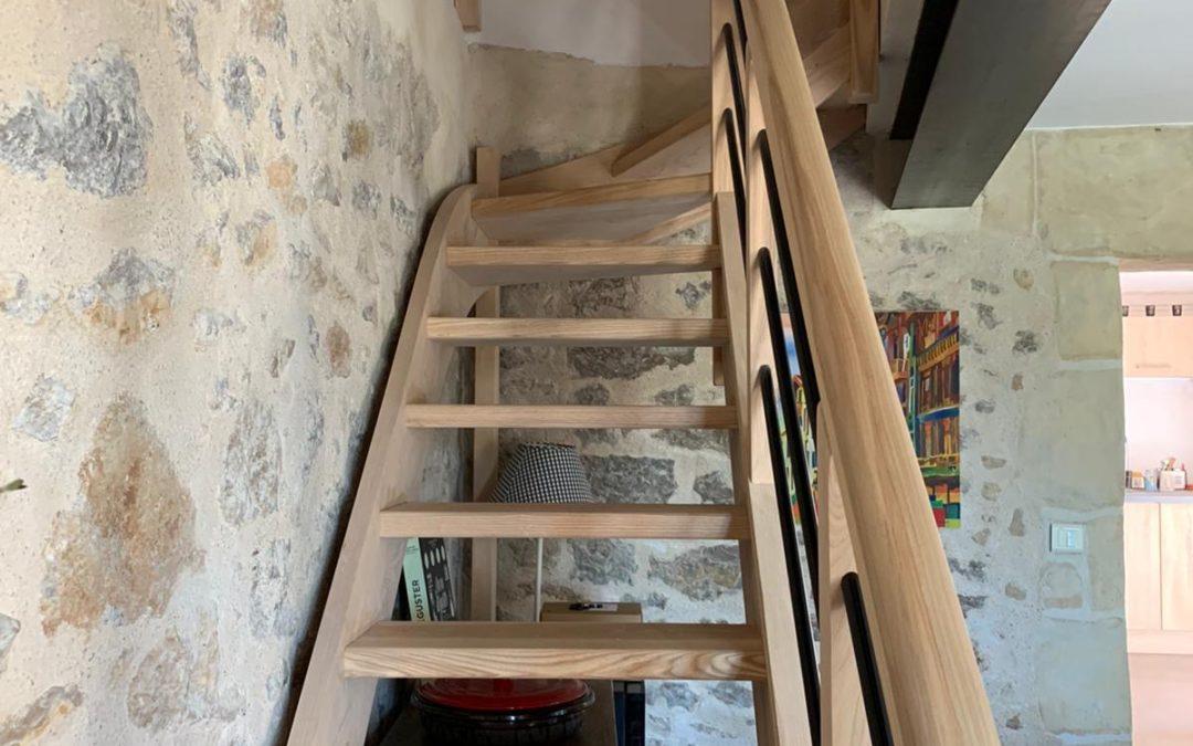Escalier en frêne quart tournant avec garde corps tôle noir satiné